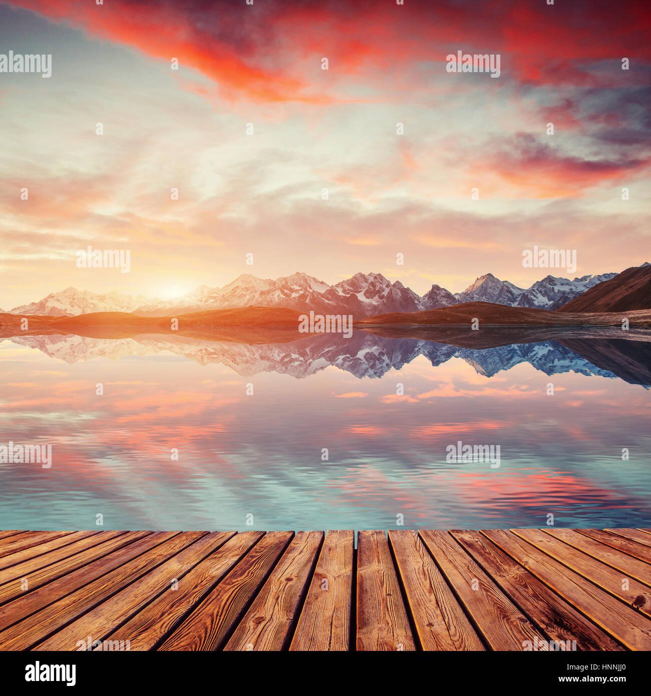 Coucher du soleil sur le lac Koruldi de montagne. Haut Svaneti, la Géorgie, l'Europe. Photo Stock