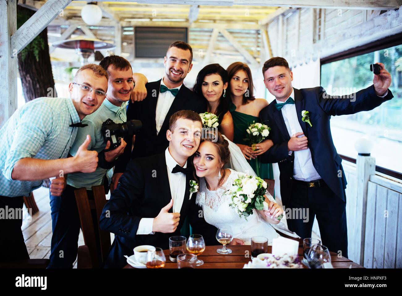 Jour du mariage par correspondance avec des amis dans un café Photo Stock