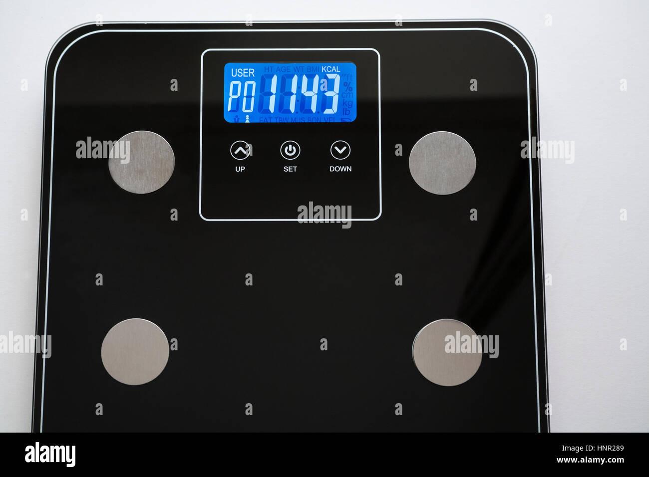 Balance électronique montrant taux métabolique basal (BMR) le nombre minimum de calories nécessaires Photo Stock
