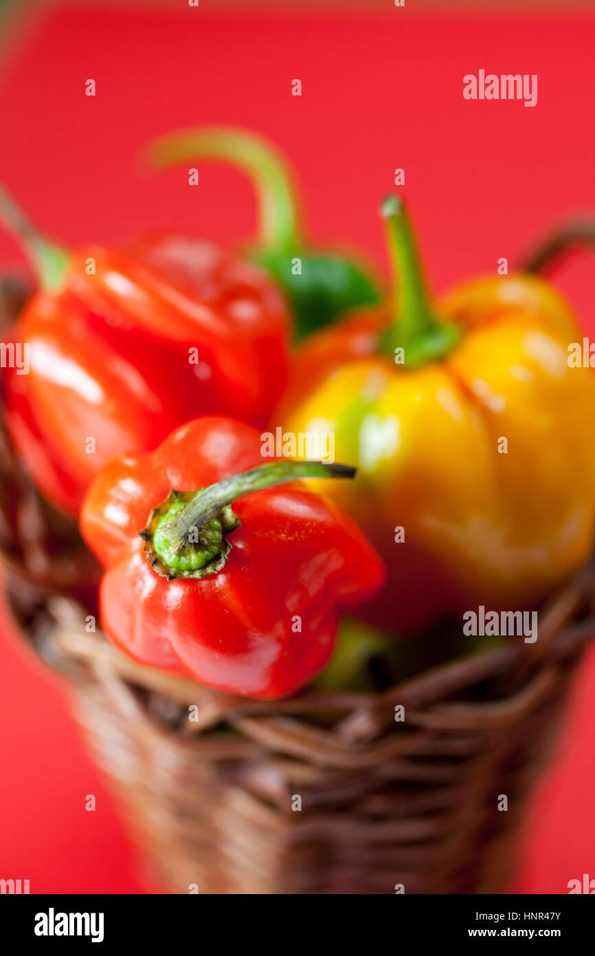 Petit panier rempli de mini hot peppers Photo Stock