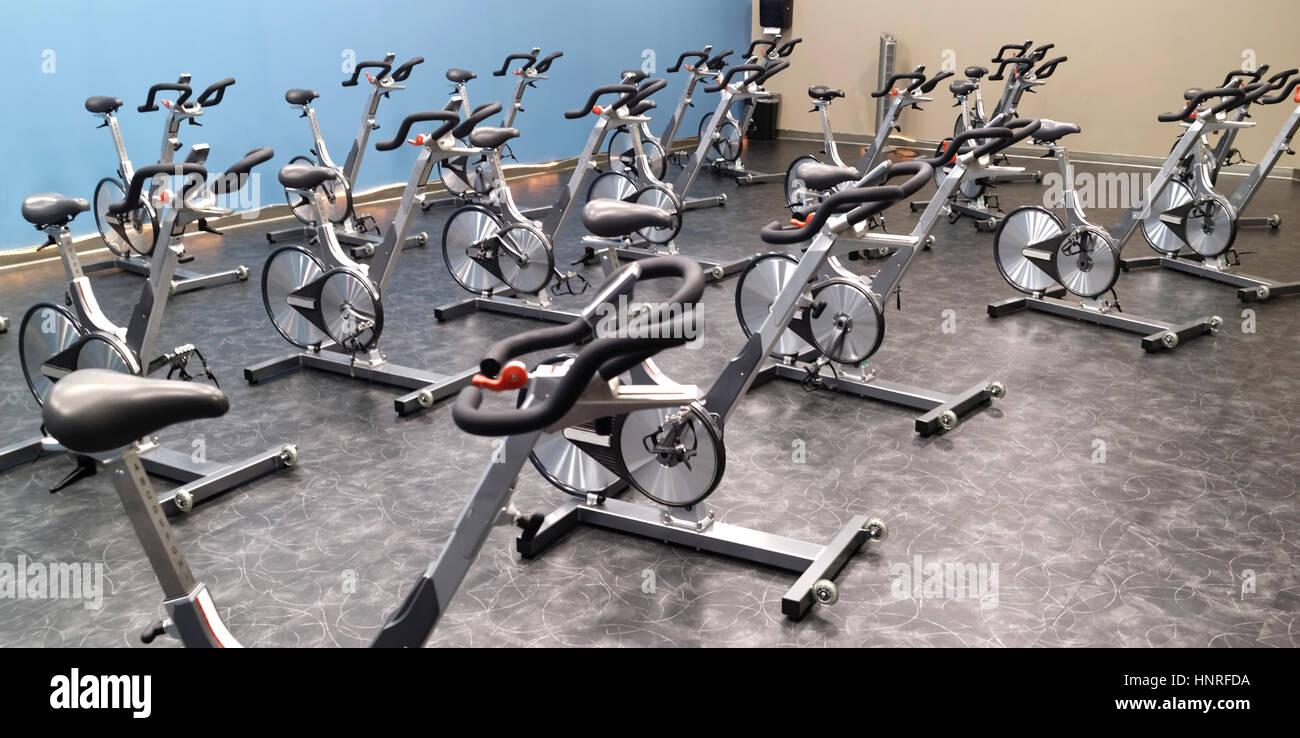 Club de santé avec salle de spinning Vélo vélos. Banque D'Images