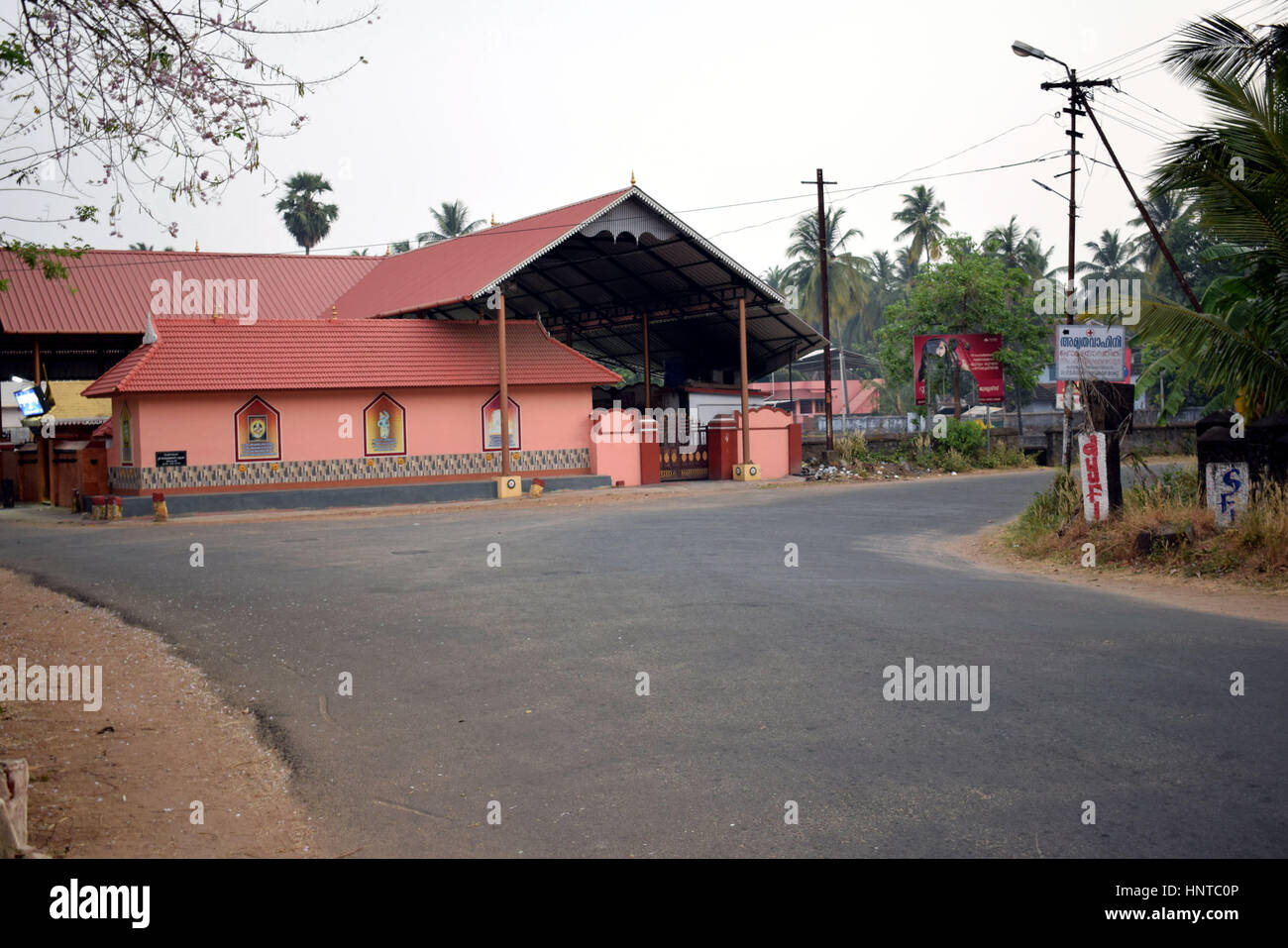 2 Séparation des routes dans un village sur le côté par d'un temple en Inde Photo Stock