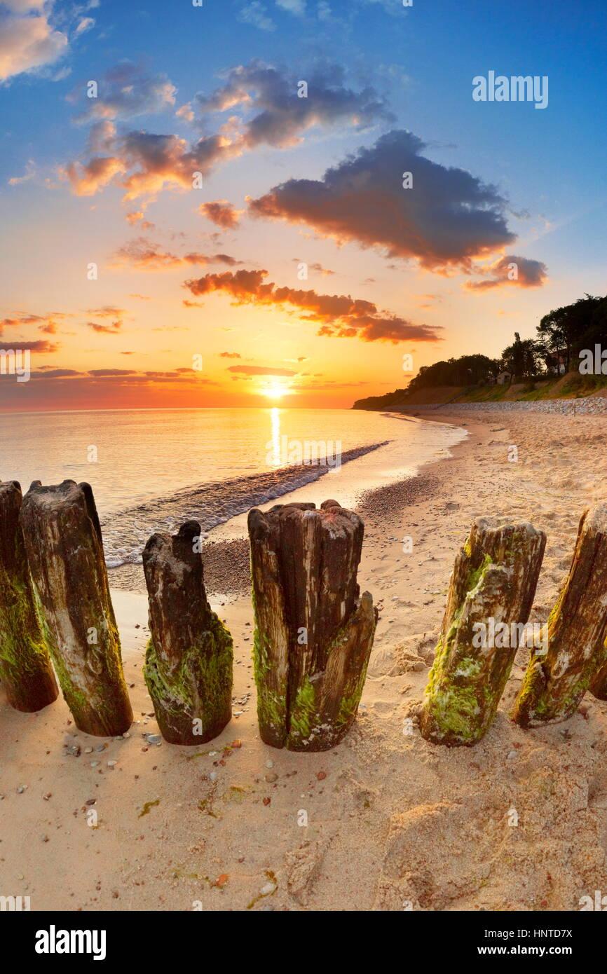 Lever du soleil paysage à plage Baltique, l'île de Wolin, Pologne Photo Stock