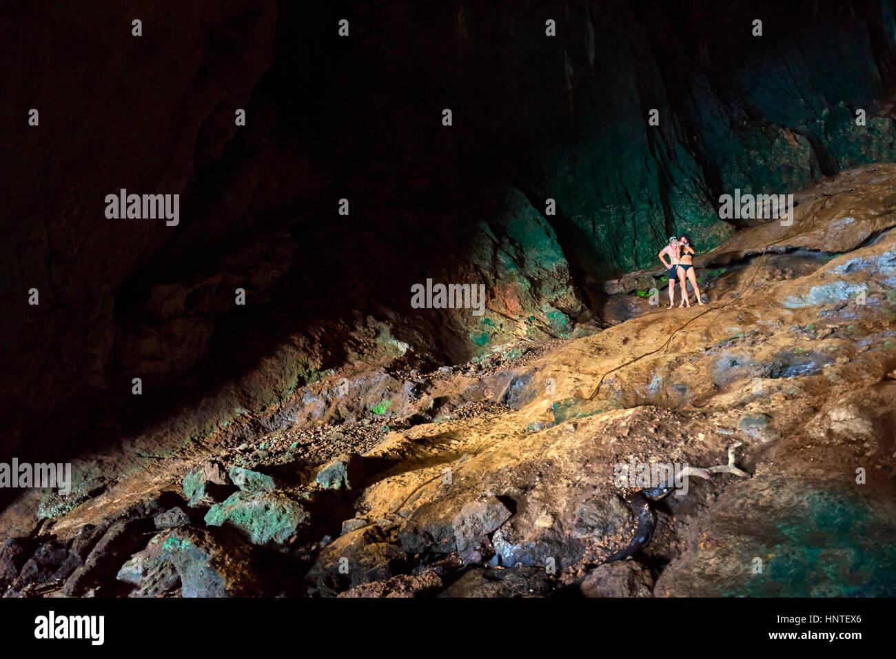 L'exploration souterraine Ko Talabeng Grotte, province de Krabi, Thaïlande Photo Stock