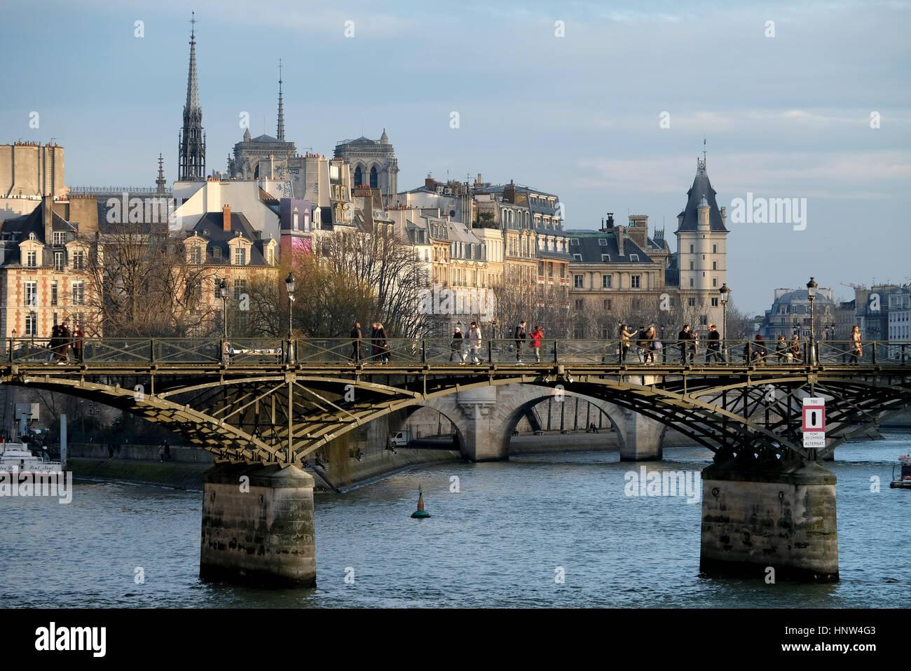 Le Pont Des Arts Ou Passerelle Des Arts Est Un Pont Pour Pi U00e9tons  U00e0 Paris Qui Traverse La Seine