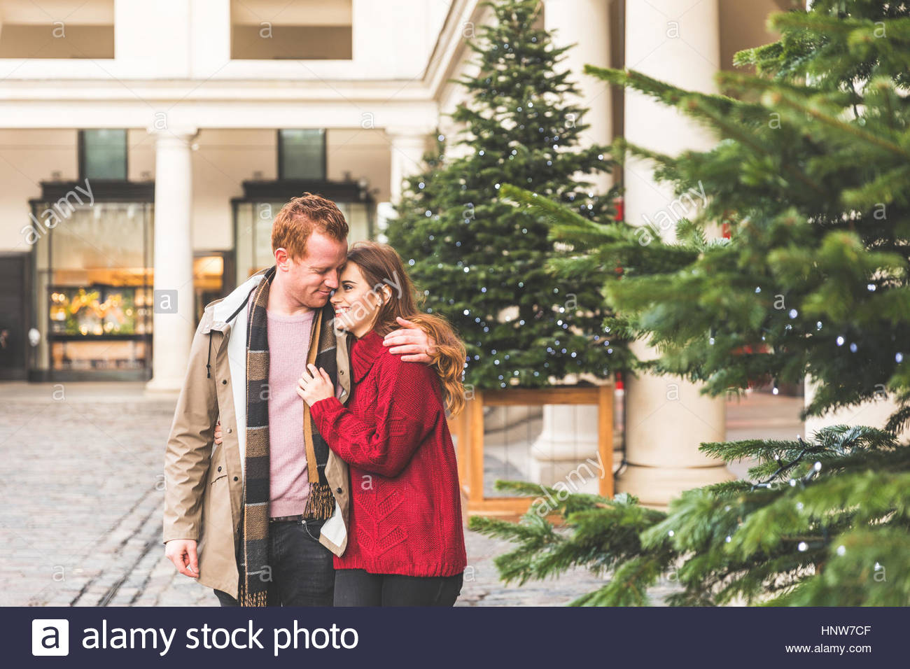 Couple hugging, Covent Garden, Londres, UK Photo Stock