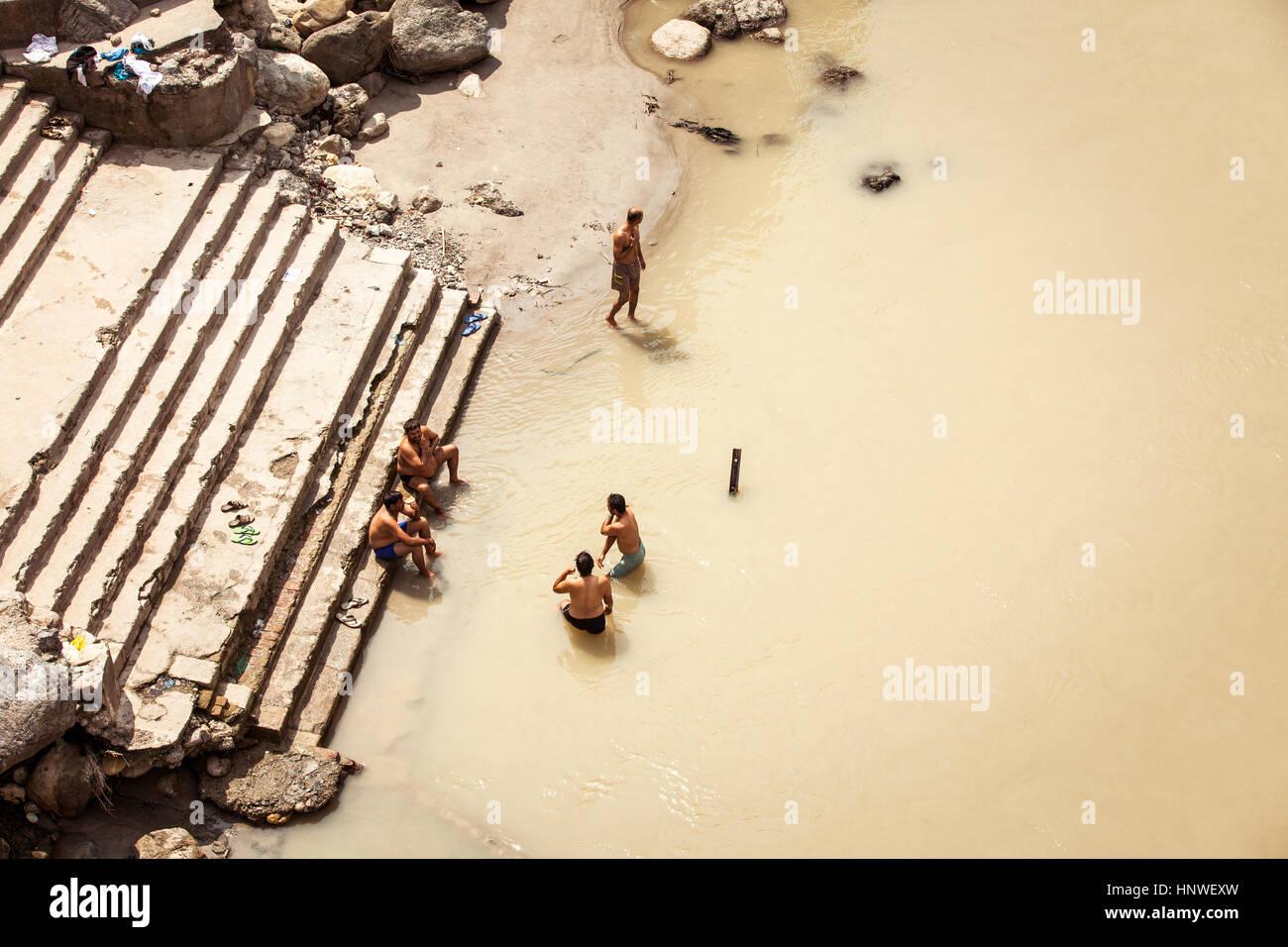 Rishikesh, Inde - le 22 septembre: Cinq hommes indiens se baigner dans le Gange, Rishikesh, Inde le 22 septembre Banque D'Images