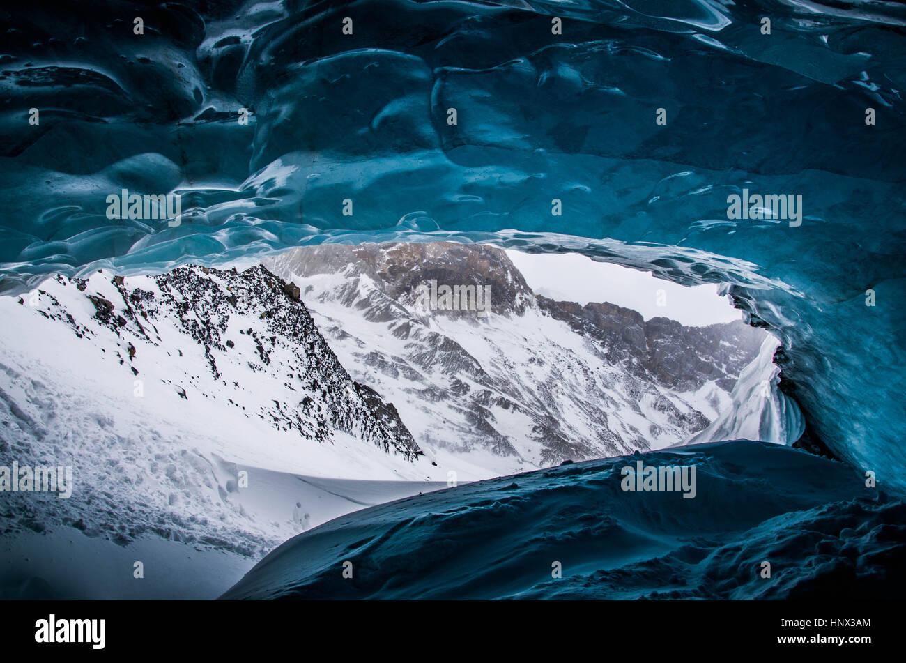 Depuis l'intérieur d'une grotte de glace glaciaire dans les Rocheuses canadiennes Photo Stock