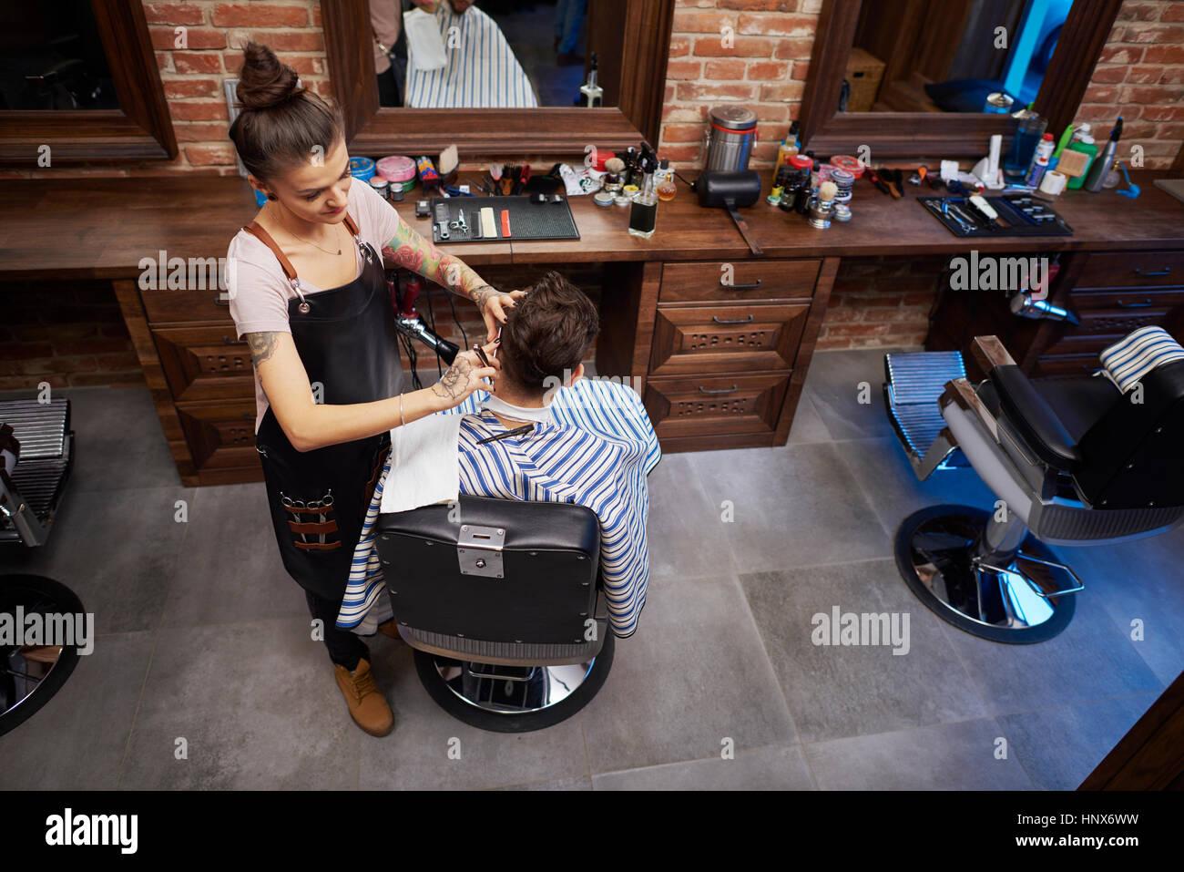 Coiffure cheveux du client de rasage avec rasoir droit Photo Stock