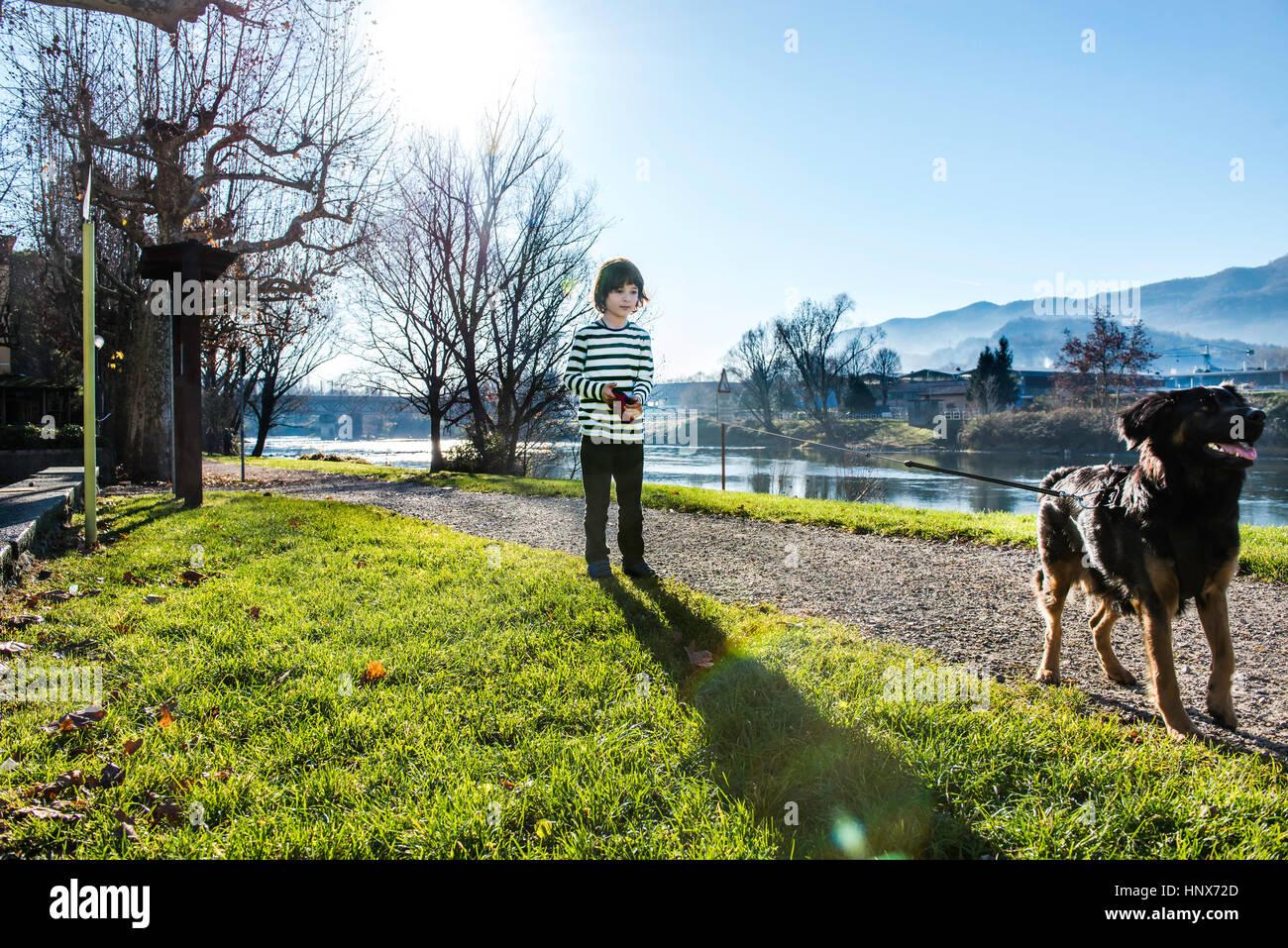 Garçon jouant avec son meilleur ami, son chien de compagnie Photo Stock