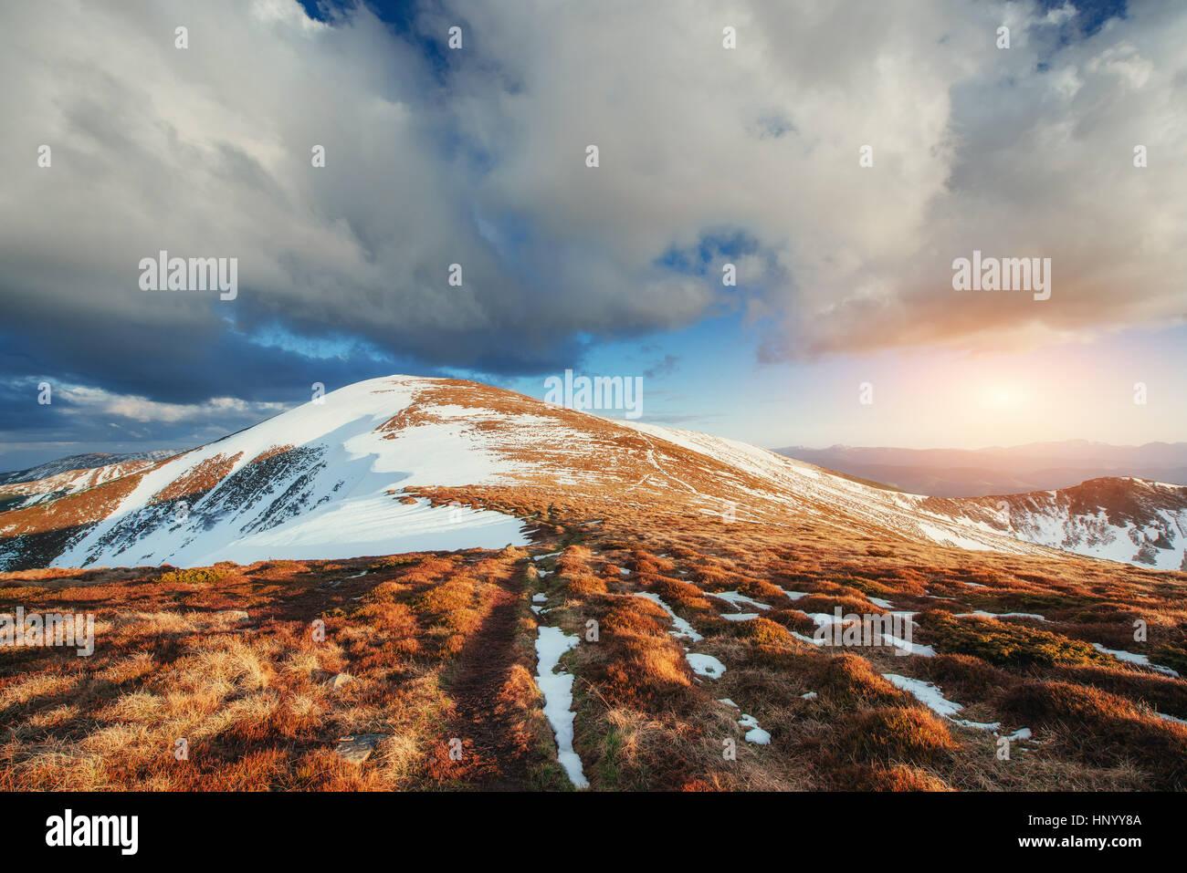 Paysage de montagne au printemps. Montagnes enneigées Photo Stock