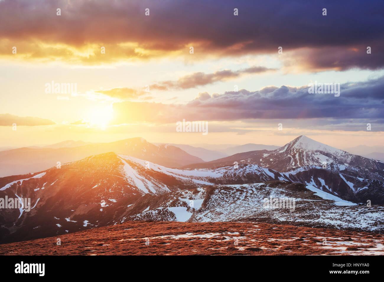 Printemps coloré coucher de soleil sur les montagnes de la région de la Photo Stock