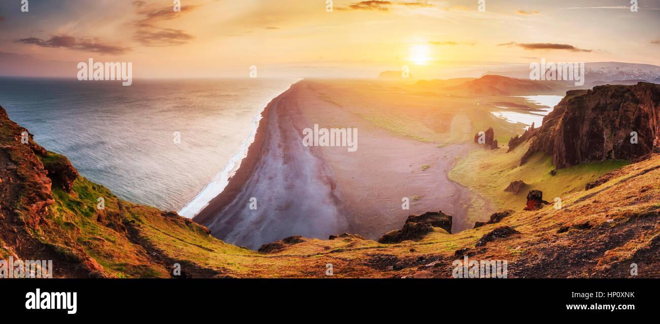 Paysage avec l'océan et le mont Reynisfjall. L'Islande Photo Stock