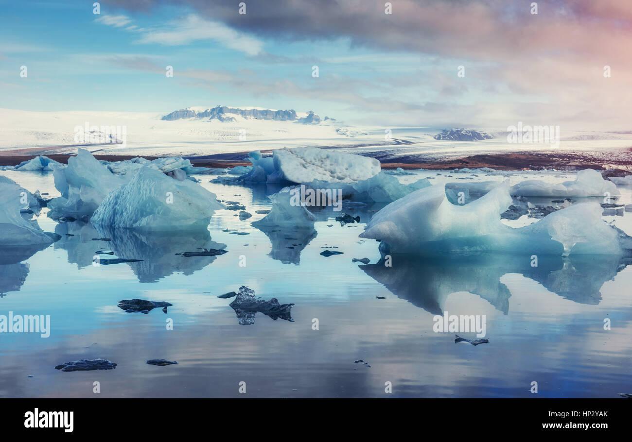 Glacier sur la plage volcanique noire Islande Photo Stock