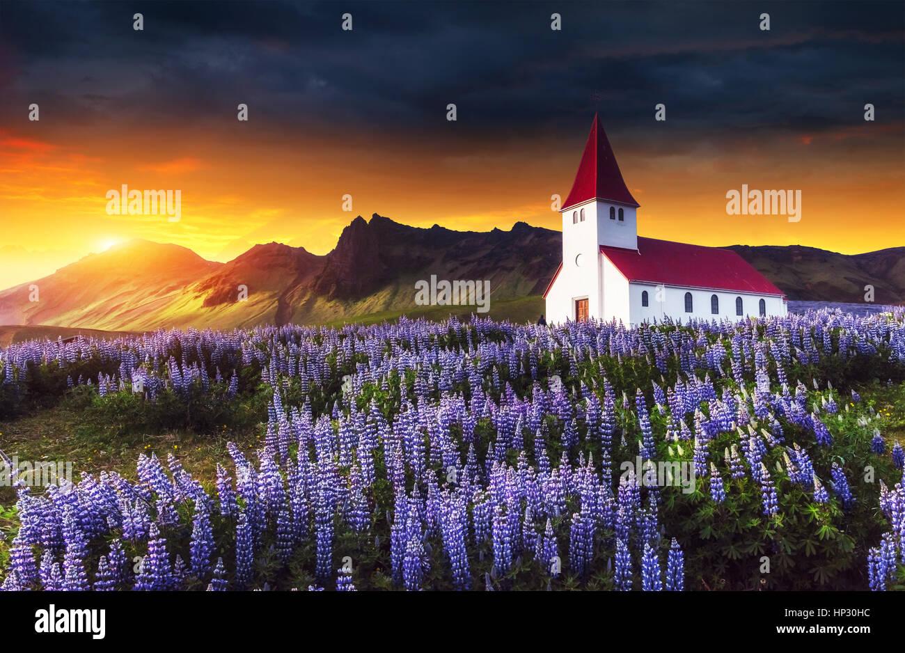 Église luthérienne de Vik. Magnifique coucher de soleil. L'Islande Photo Stock