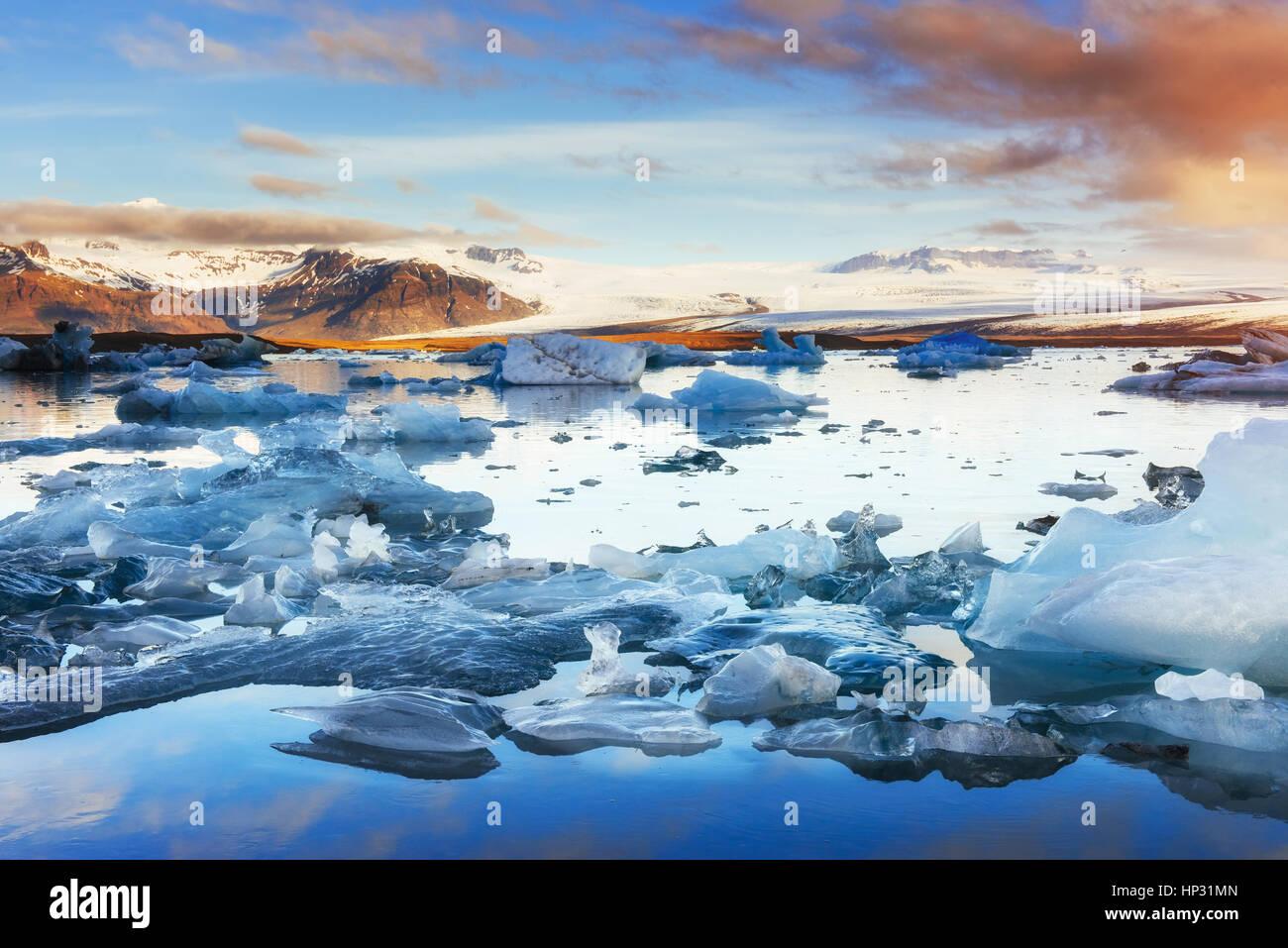 Les icebergs flottant dans le lac glaciaire Jökulsárlón dans l'ouest. Au sud Photo Stock