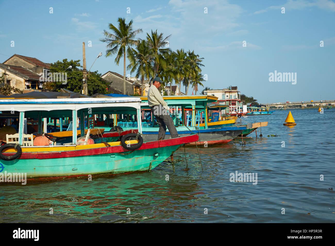 Bateaux de touristes sur la rivière Thu Bon, Hoi An (Site du patrimoine mondial de l'UNESCO), Vietnam Photo Stock