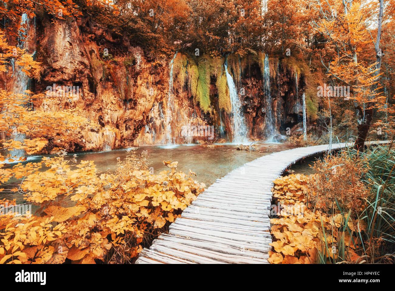 Vue magnifique sur les chutes d'eau turquoise et le soleil Banque D'Images