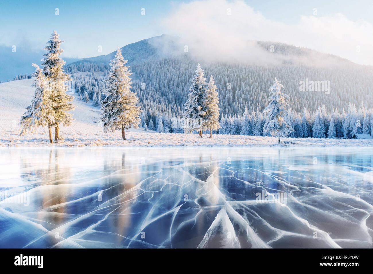 La glace bleue et des fissures sur la surface de la . Photo Stock