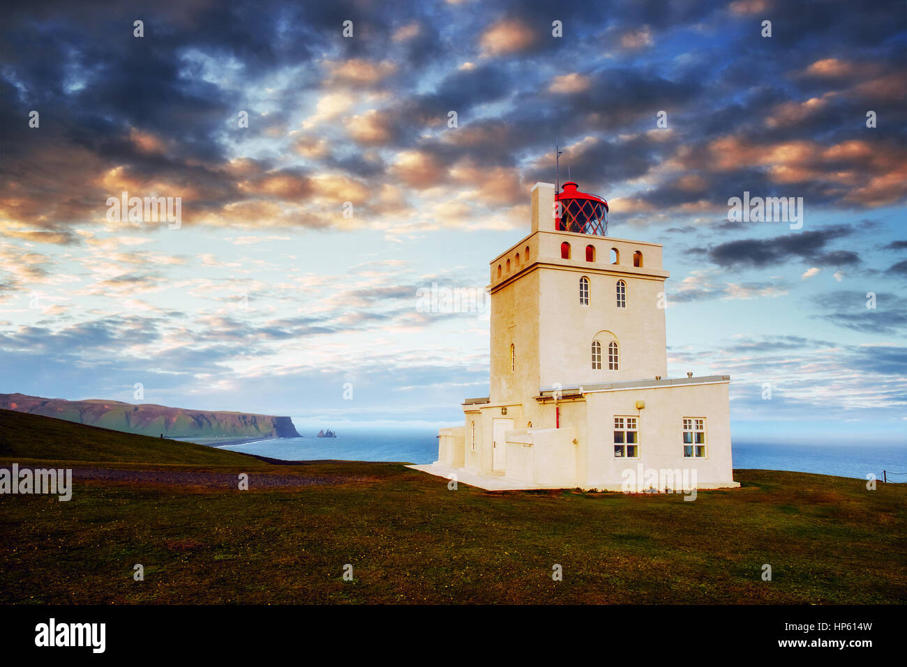 Beau blanc Phare à Cap Dyrholaey, Sud de l'Islande Photo Stock