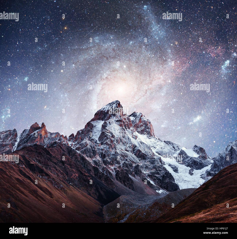 Superbe ciel étoilé. Les sommets enneigés. La crête caucasienne Principale. C Photo Stock