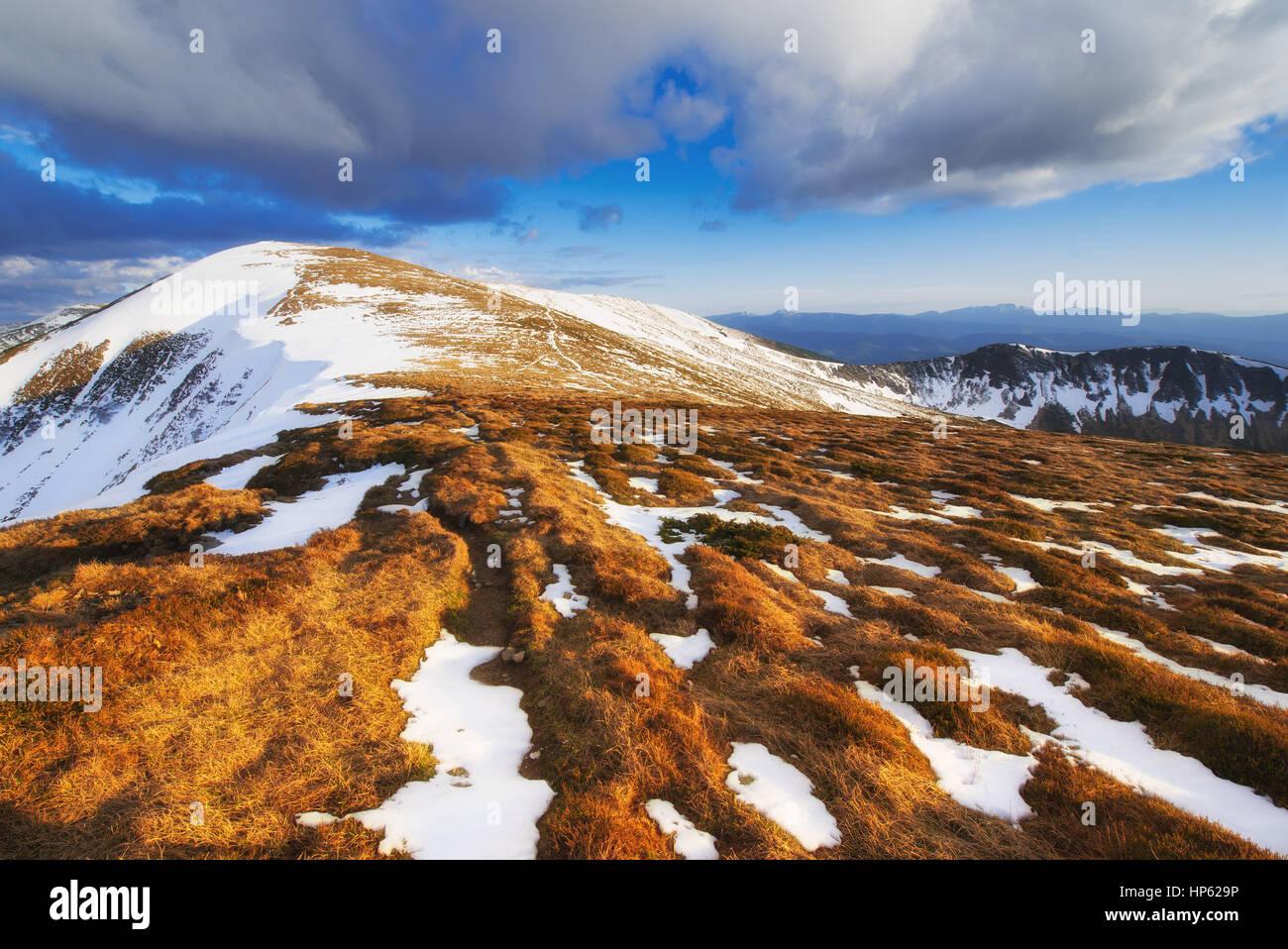 Paysage d'hiver mystérieux de majestueuses montagnes Photo Stock