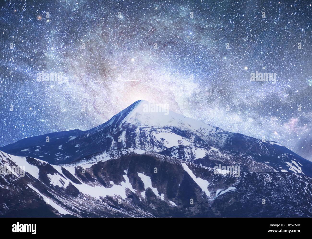 Superbe ciel étoilé. Beau paysage d'hiver et de la neige-couvertes Photo Stock