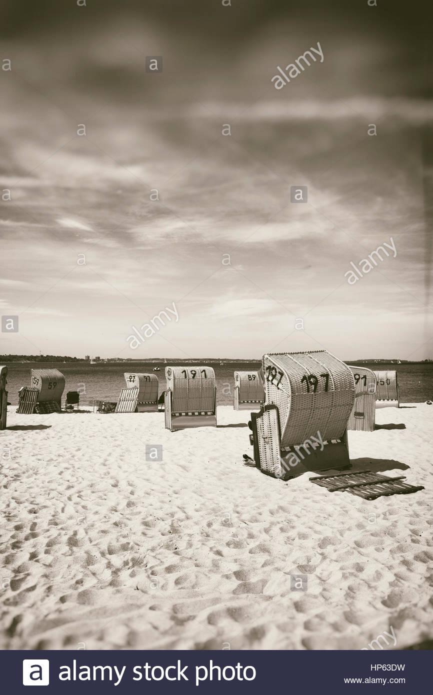 Chaises de plage couverte d'été nostalgique de siège en osier Photo Stock