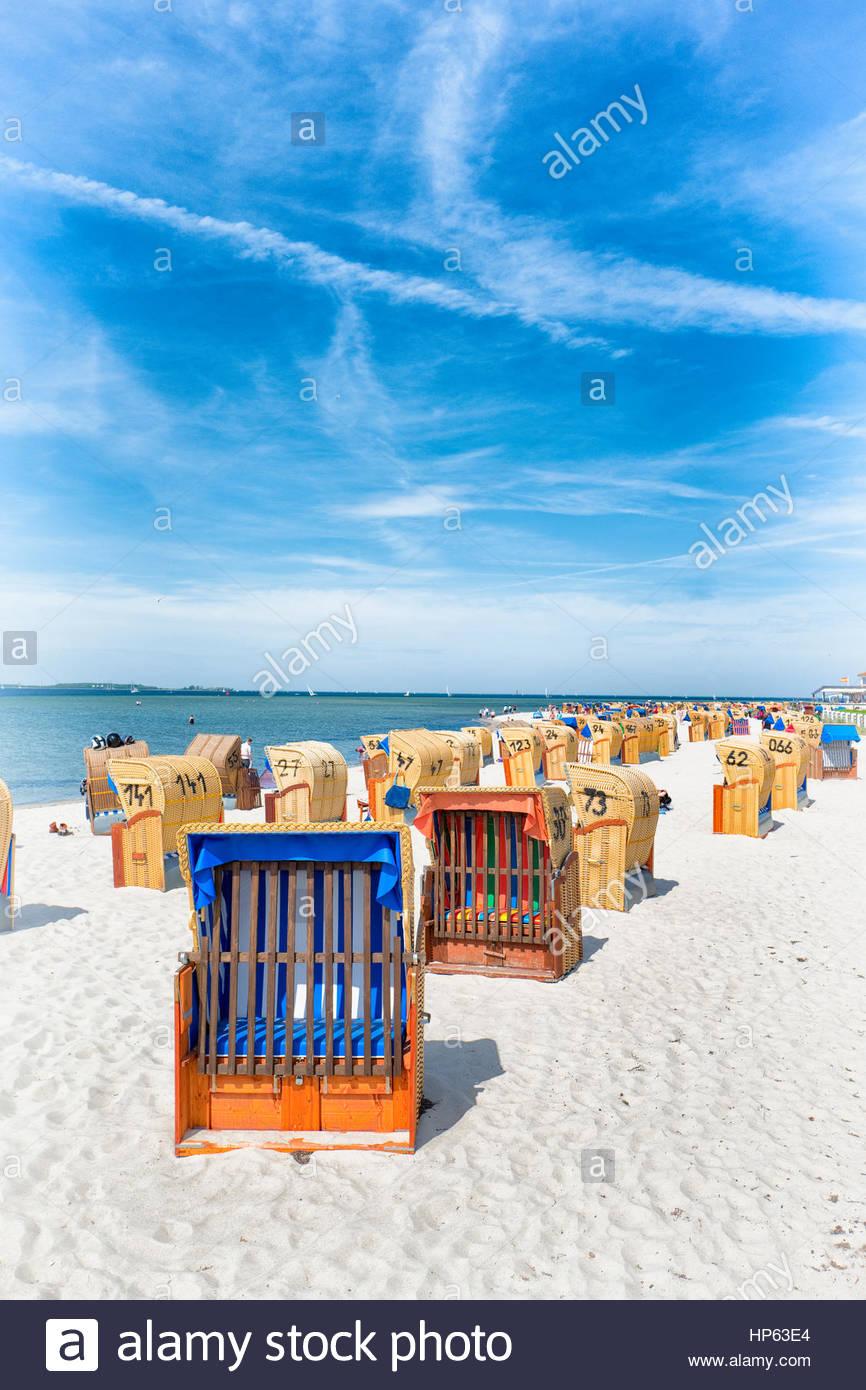 Chaises de plage couverte de rangs d'été nostalgique Photo Stock