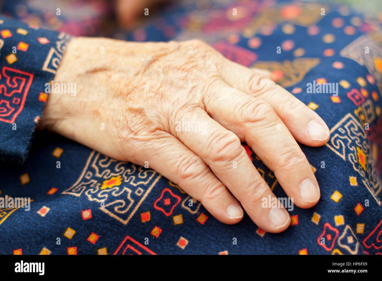 Les personnes âgées handicapées femme assise dans un fauteuil roulant Photo Stock
