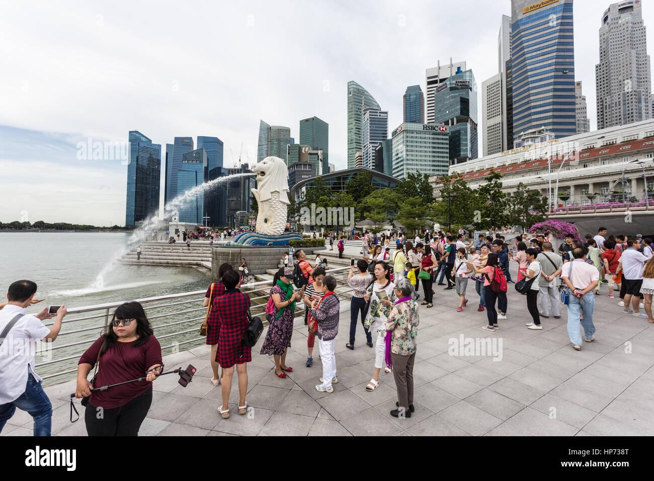 Singapour, Singapour - Septembre 21, 2016: les touristes de prendre des photos en face de la célèbre skyline de Singapour et la statue du Merlion dans la Marina Bay. Banque D'Images