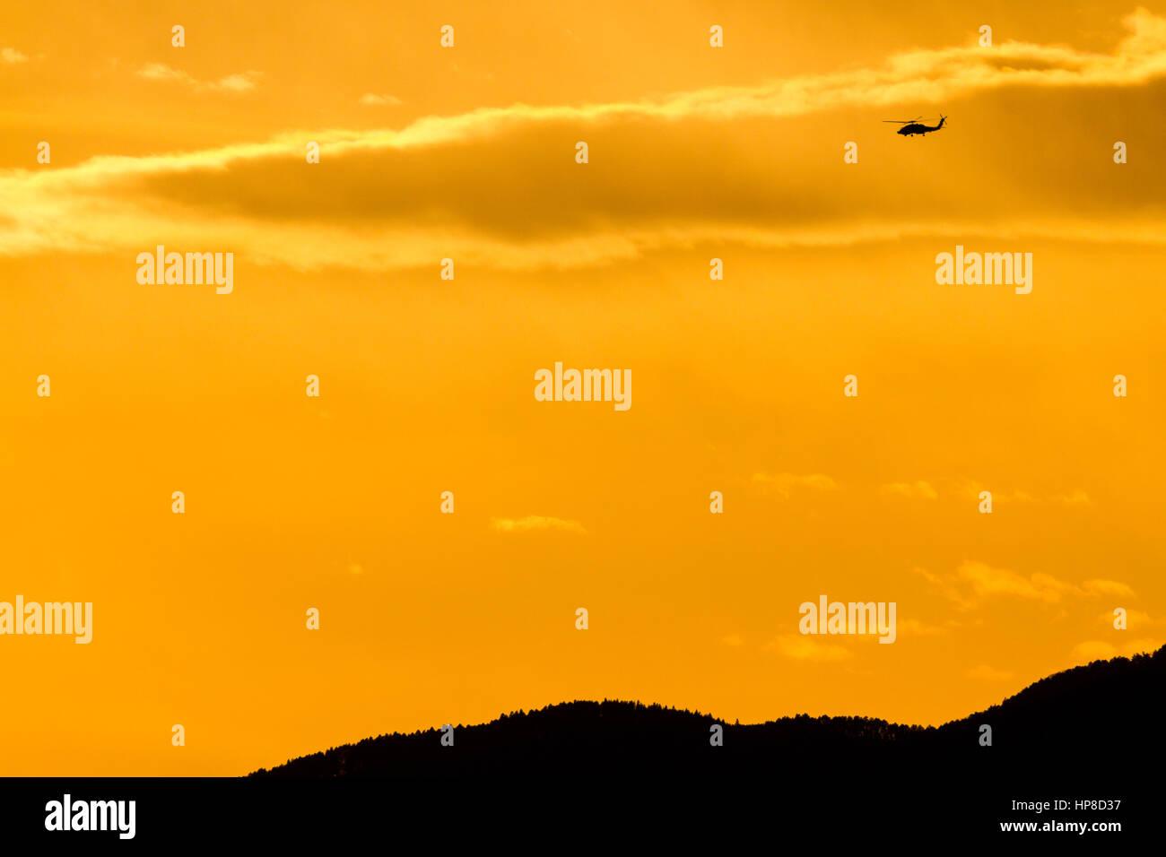 Le Sikorsky UH-60 Black Hawk hélicoptère volant au coucher du soleil la lumière sur Kanagawa, Japon. Photo Stock