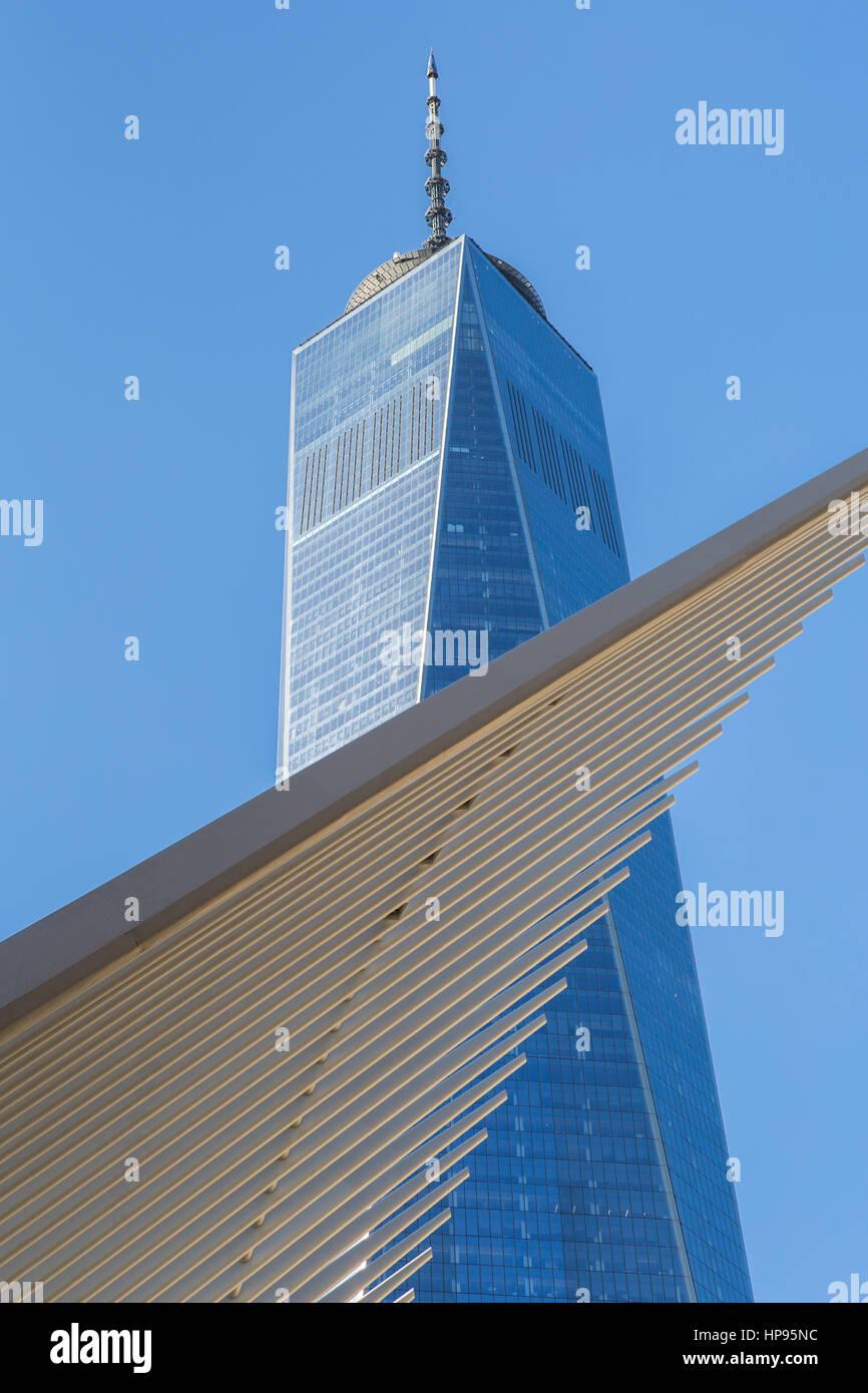 Les ailes de l'Oculus World Trade Center Transportation Hub contraste avec One World Trade Center (Freedom Tower) à New York. Banque D'Images