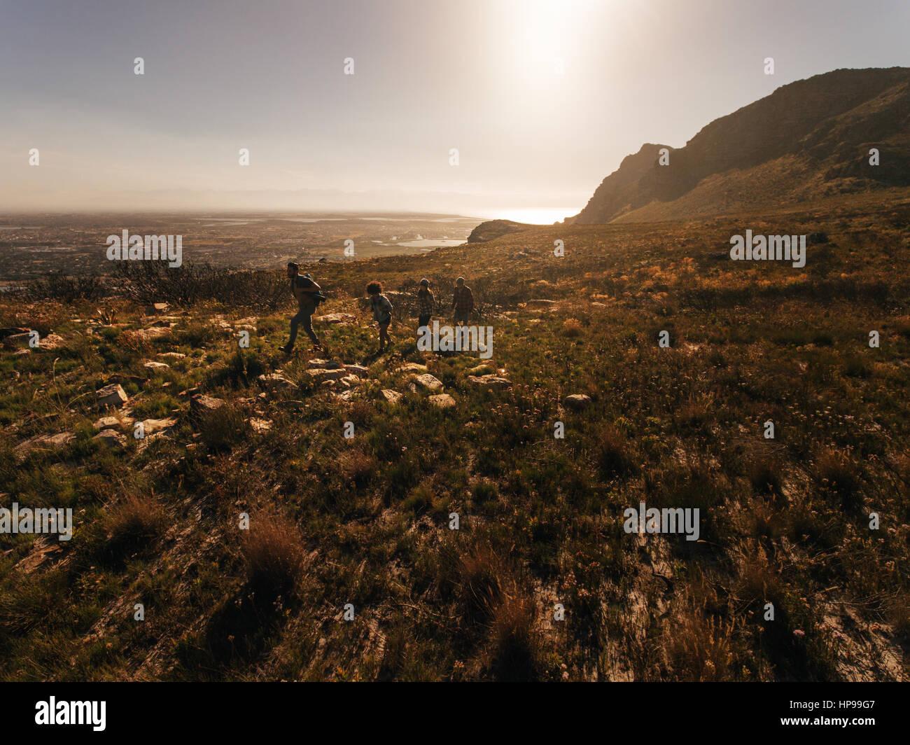 Vue aérienne de quatre personnes marchant dans la campagne. Groupe d'amis de la randonnée dans les Photo Stock