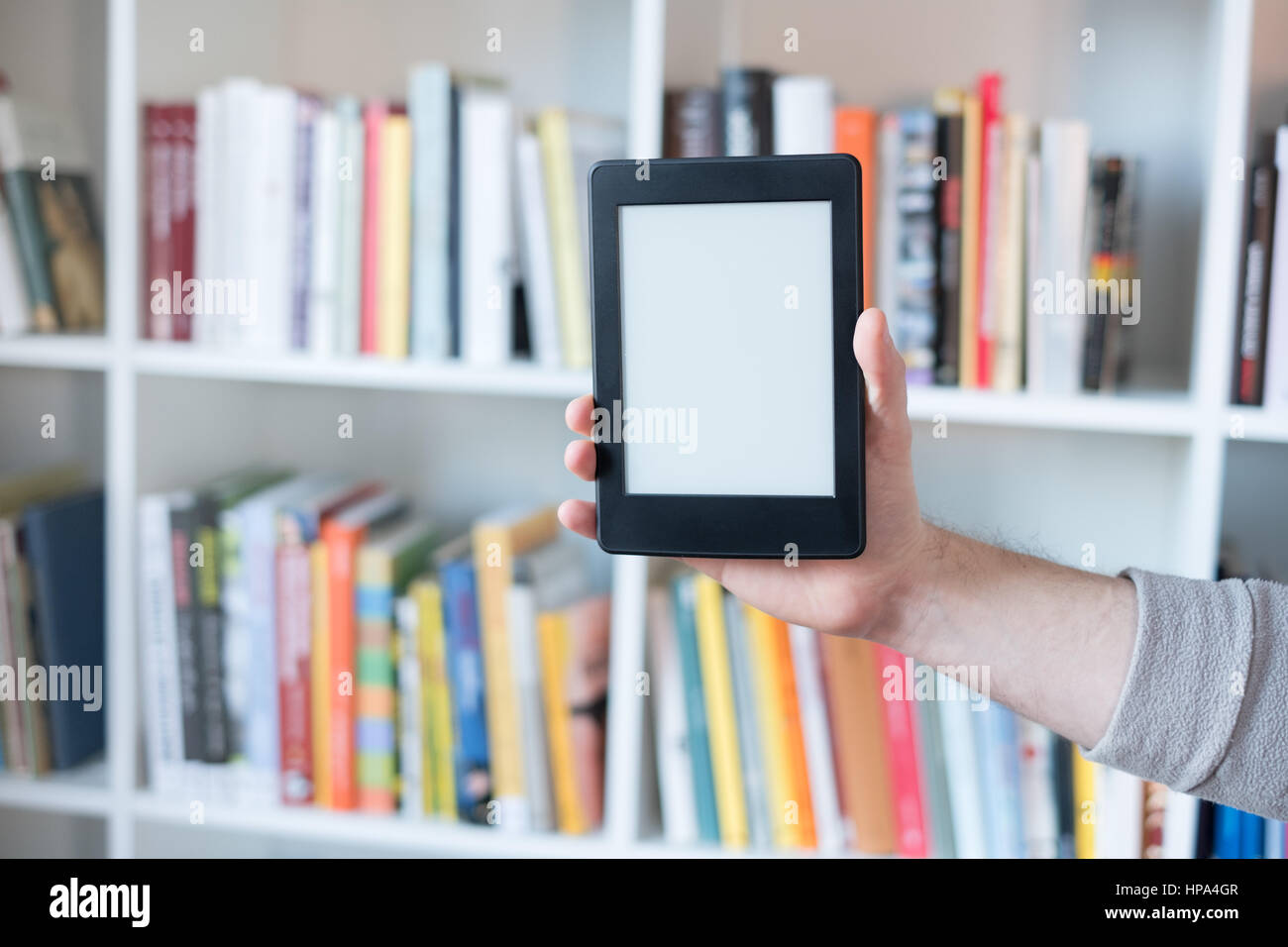 E-Book Reader et coloré bookshelf Photo Stock