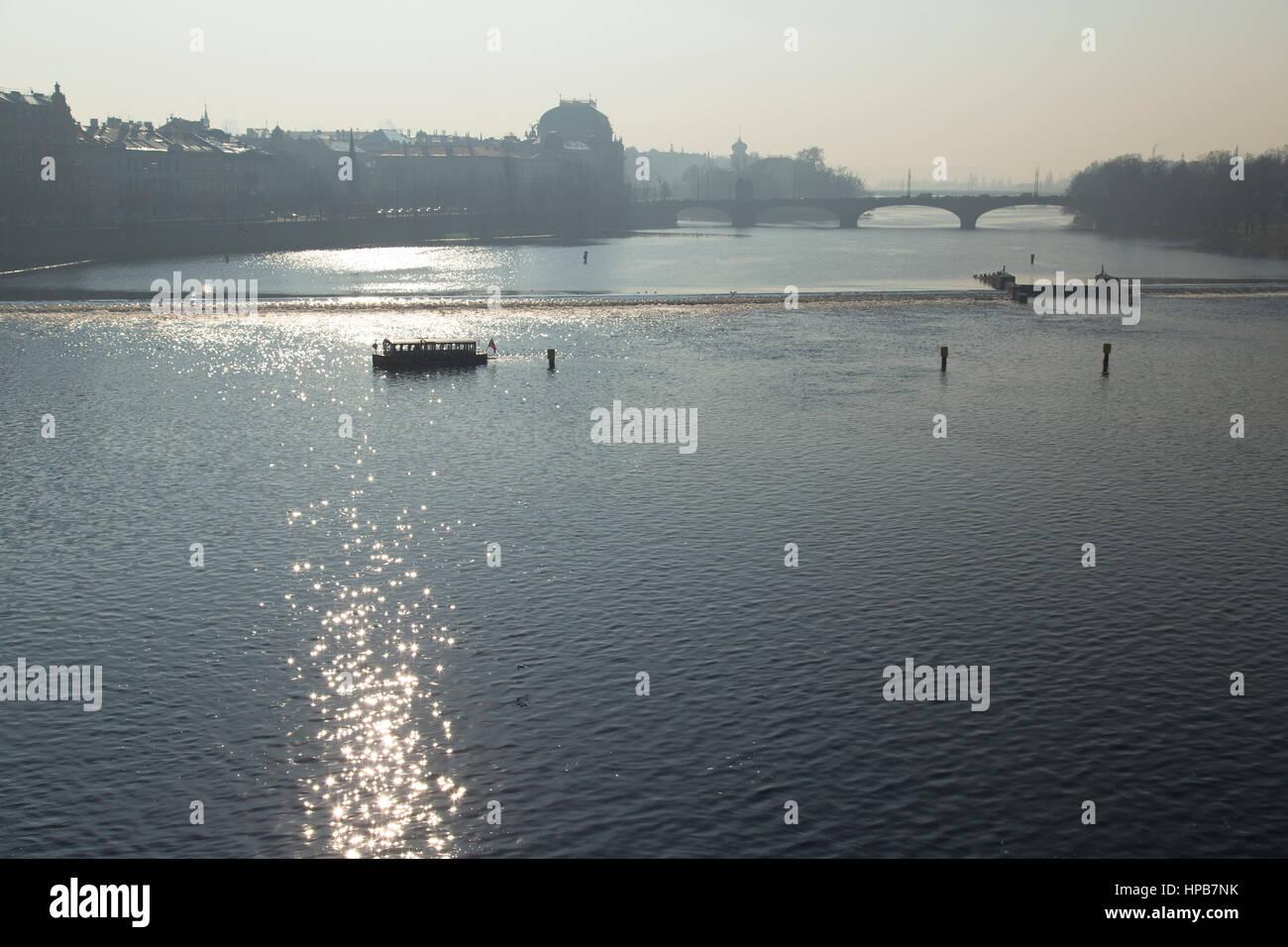 L'avoine plaisir sur la rivière Vltava à Prague République tchèque en hiver Photo Stock
