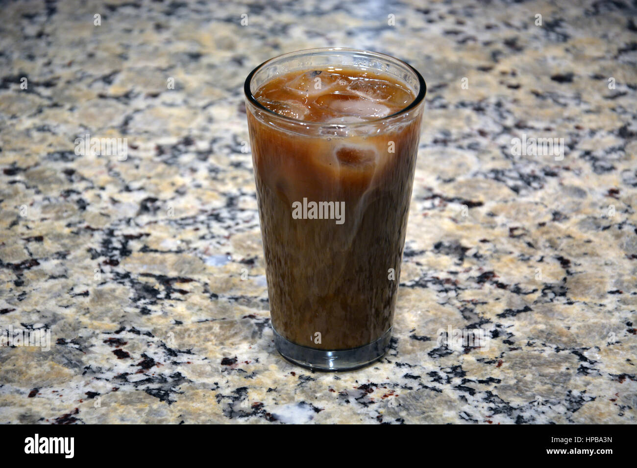 Verre de café glacé sur le comptoir de la cuisine. Photo Stock