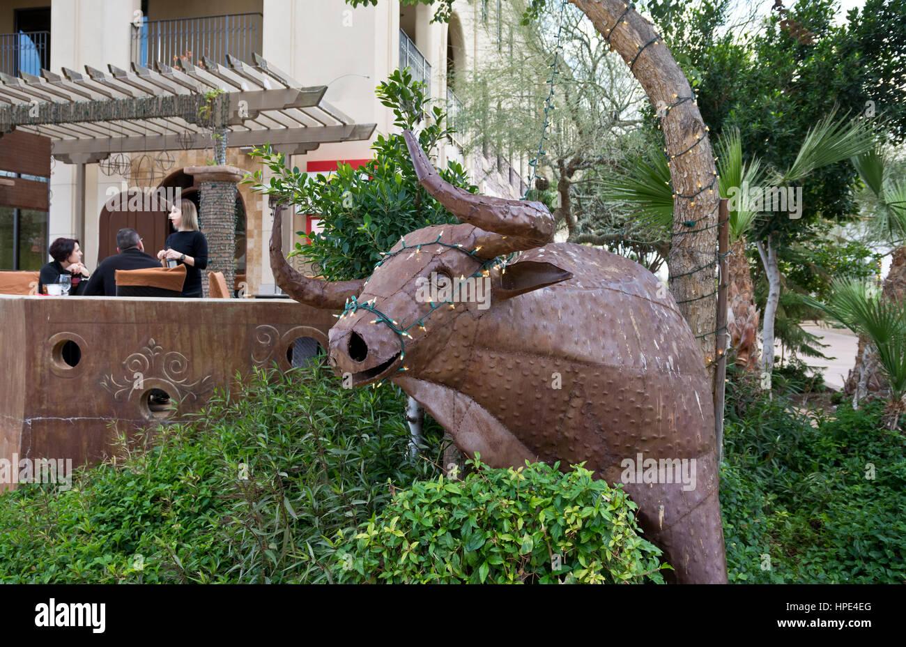 Sculpture Bull à l'extérieur restaurant tapas Papa Frita à Scottsdale, Arizona. Photo Stock