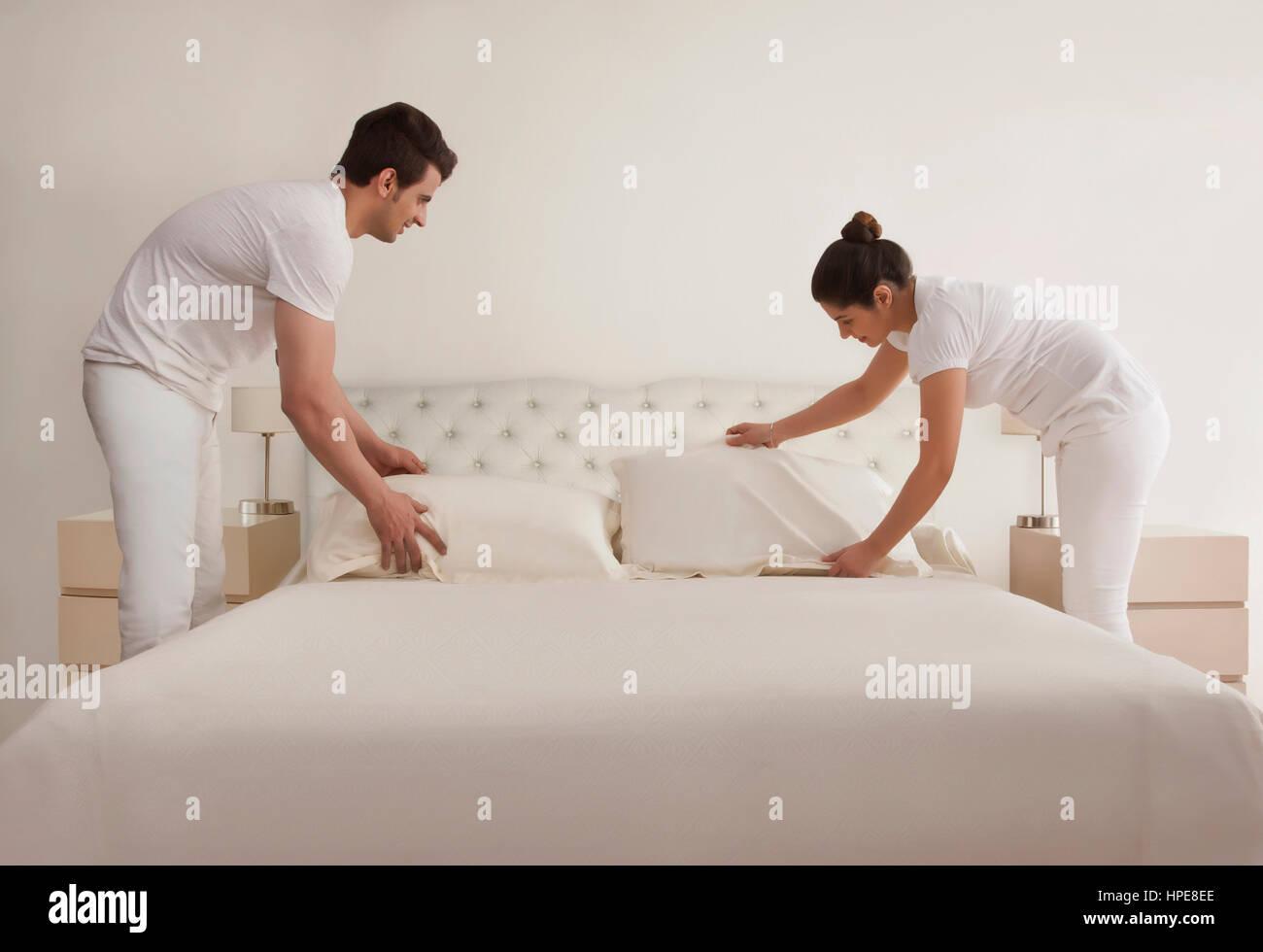 Jeune couple bed Photo Stock