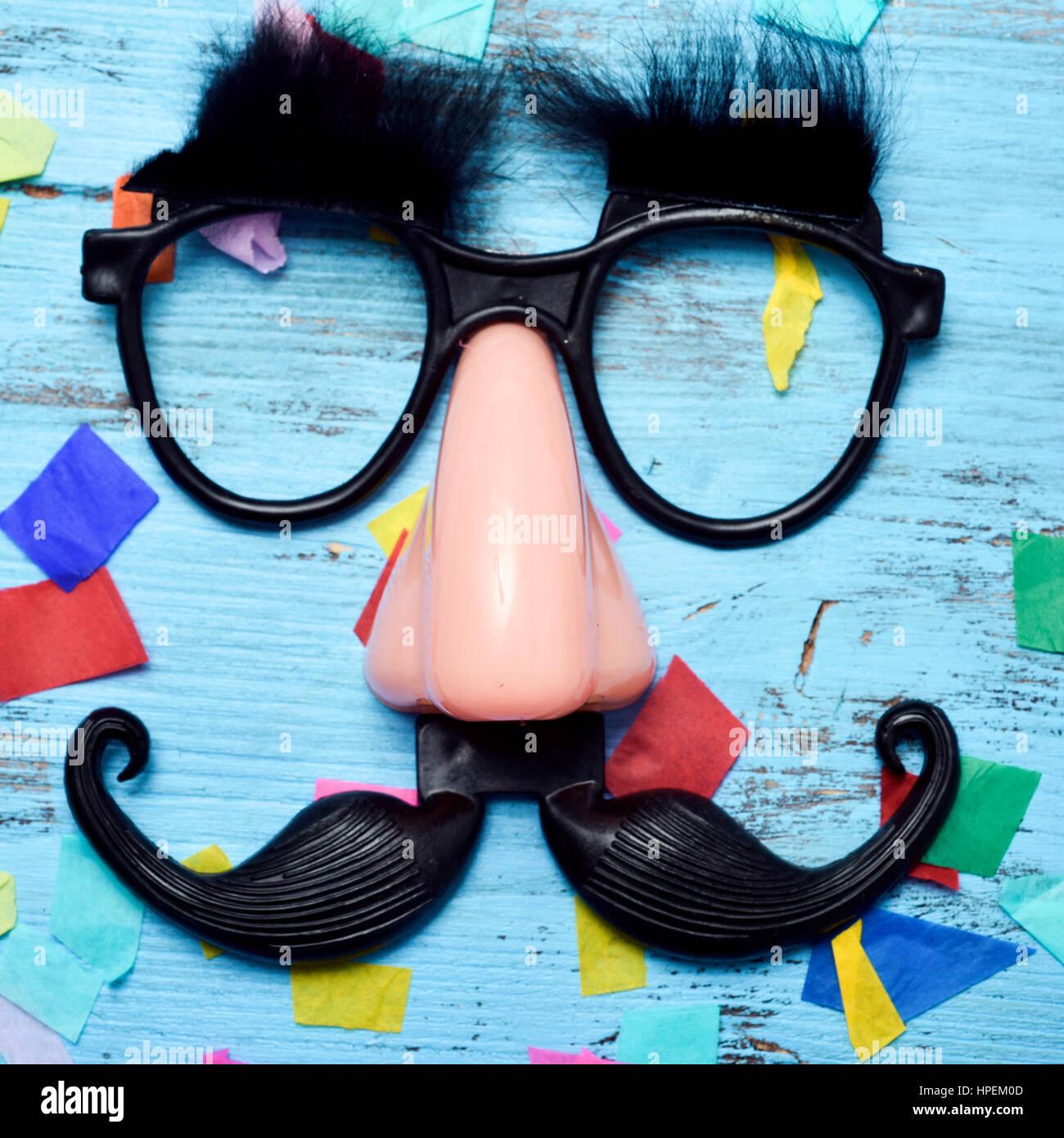 Libre d une paire de lunettes noires avec de faux sourcils, un nez et 675c323a7604