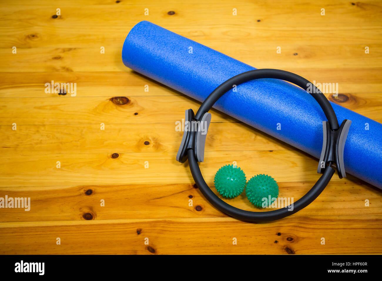 L'équipement d'exercice conservés sur plancher en bois dans le centre de remise en forme Photo Stock