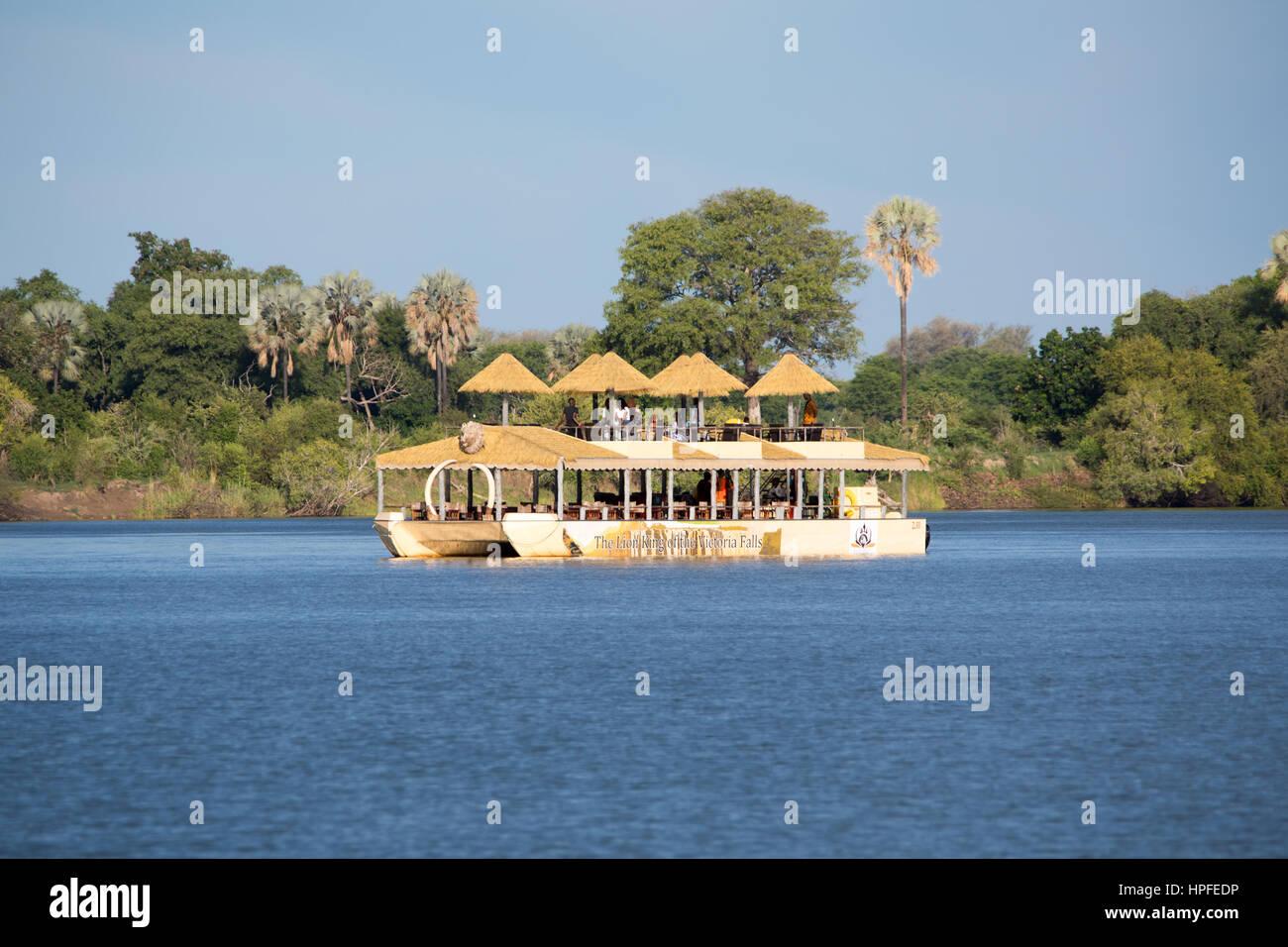 Bateau de tourisme croisière sur le Zambèze, Victoria Falls, Zimbabwe Photo Stock