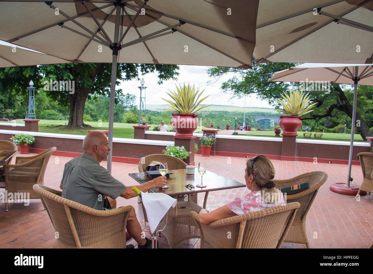 Les touristes appréciant le vin à Victoria Falls Hotel, Victoria Falls, Zimbabwe Photo Stock