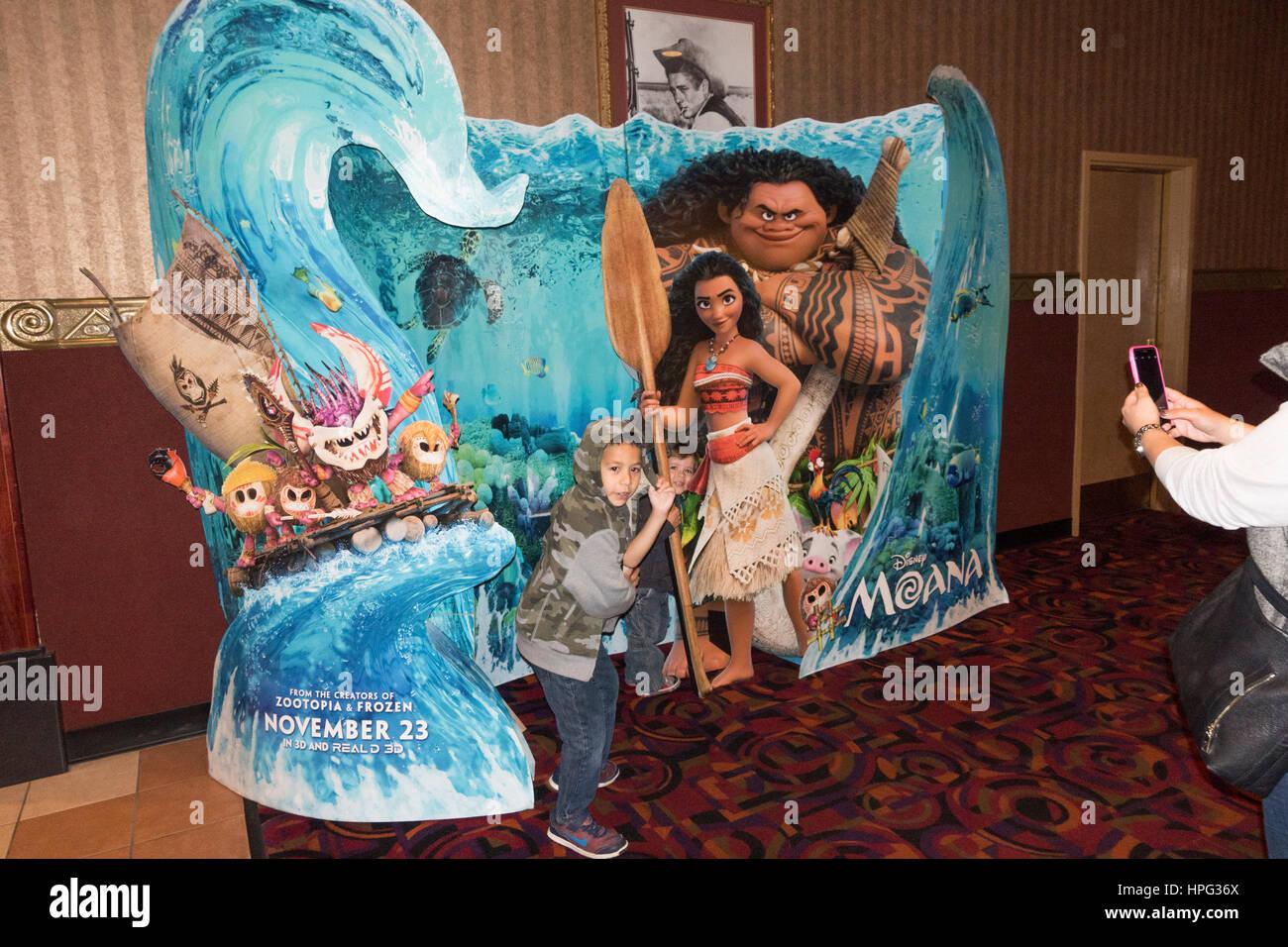 Les enfants étant photographié par mère dans la vie de cinéma publicité de taille pour le Disney's Moana. Downers Banque D'Images