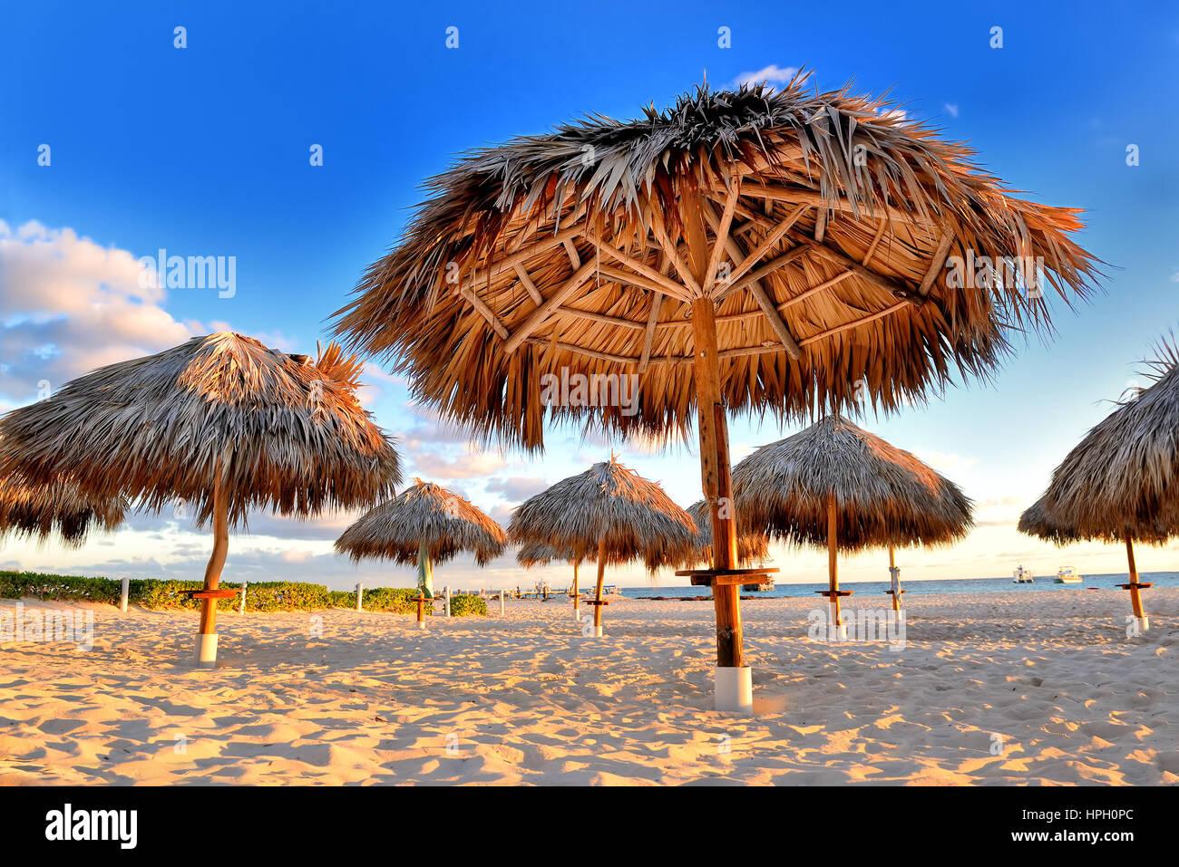 Vacances tropicales étonnantes. Parasols sur la plage. Paradis tropical. Des Caraïbes. Punta Cana. République Photo Stock