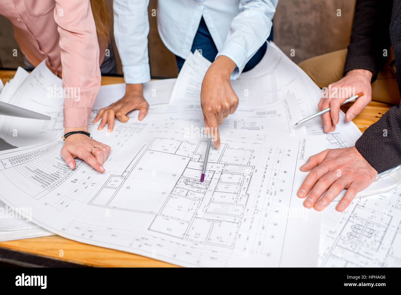 Travailler sur les dessins architecturaux Photo Stock