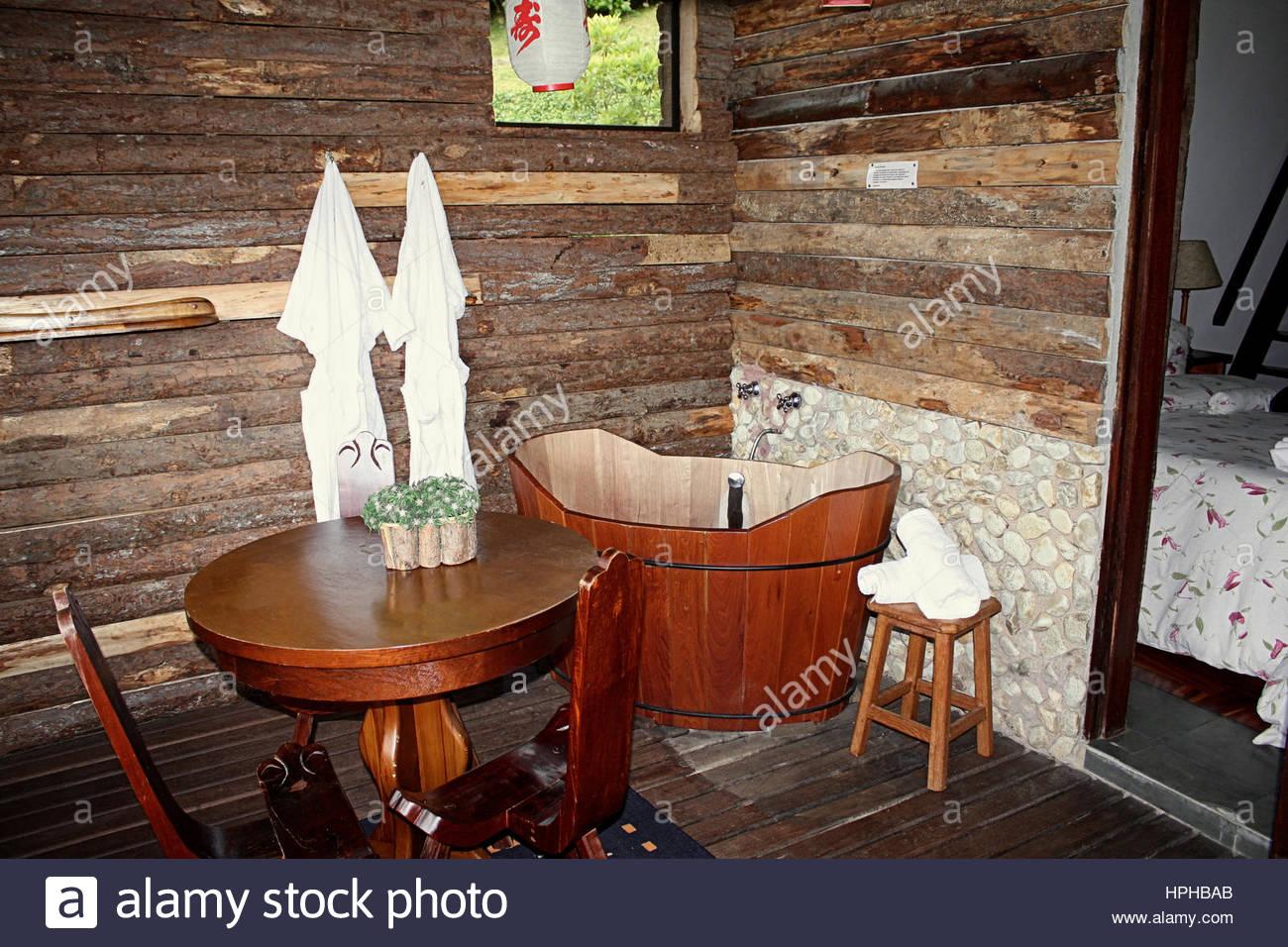 Baignoire ofuro japonais chambre rustique en bois Banque D ...