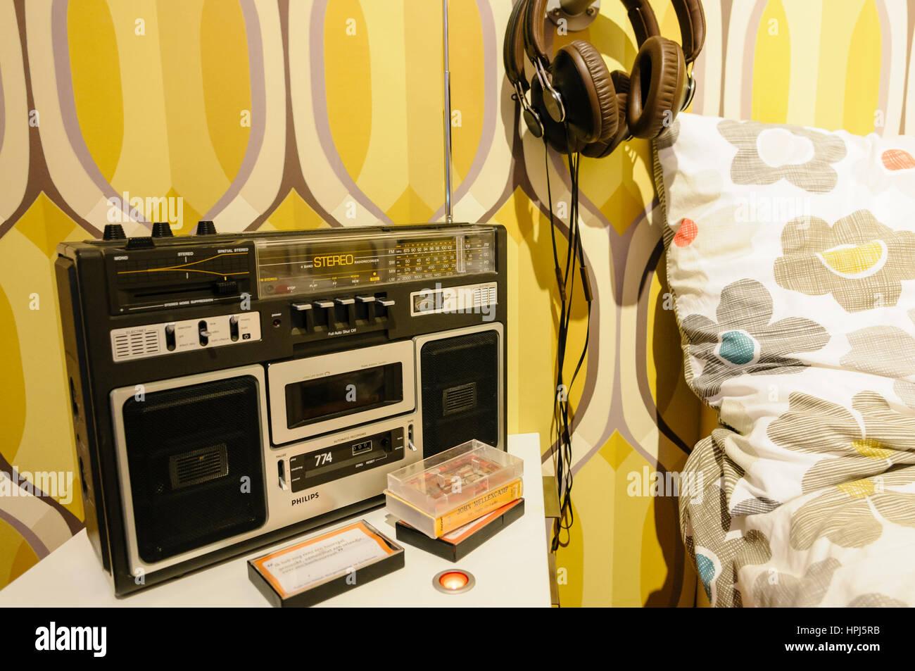 Lecteur de cassette dans une chambre à coucher des années 1980. Photo Stock