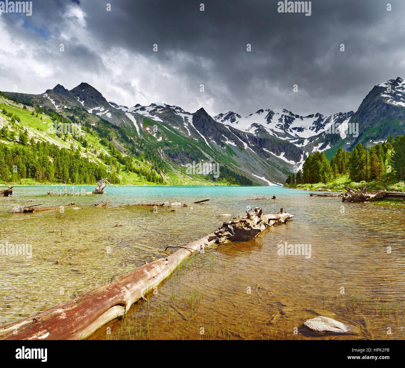 Lac de montagne, montagnes de l'Altaï, en Russie Photo Stock