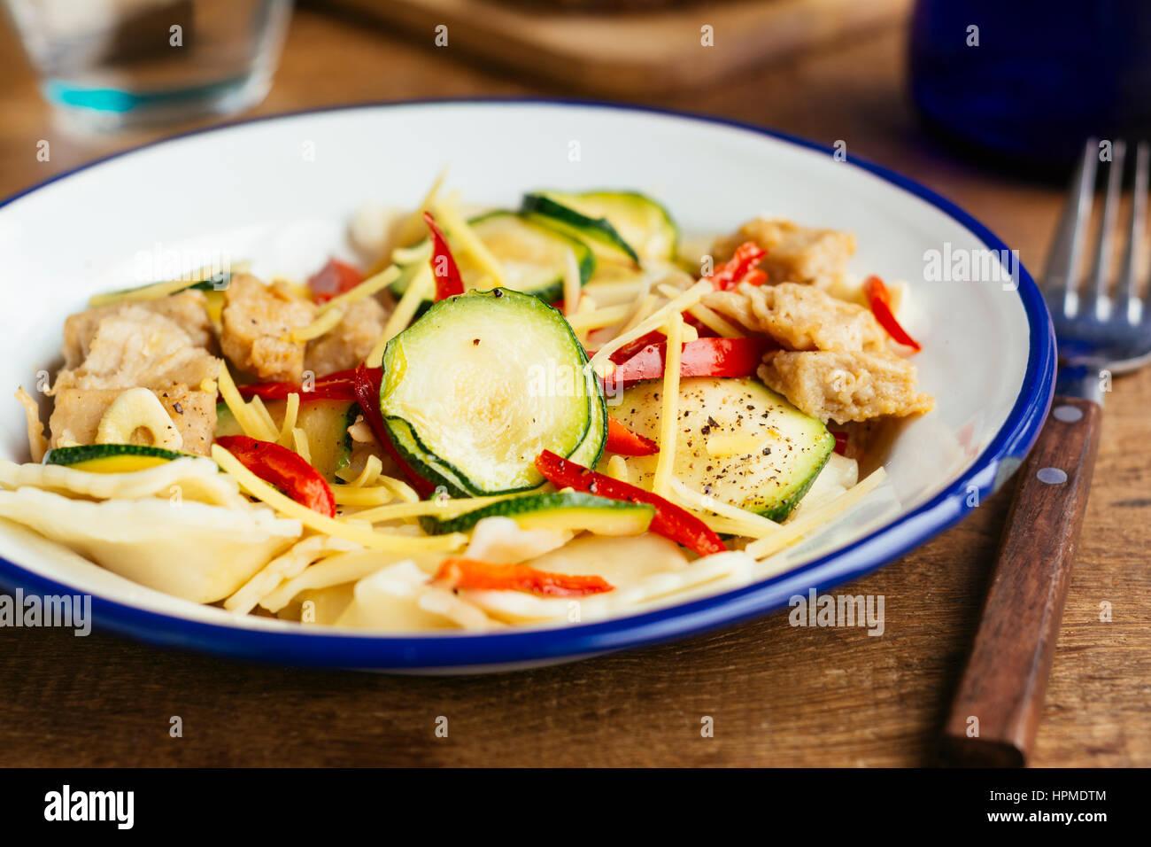 Tortellini avec la courgette et la protéine de soya (végétalien) Photo Stock